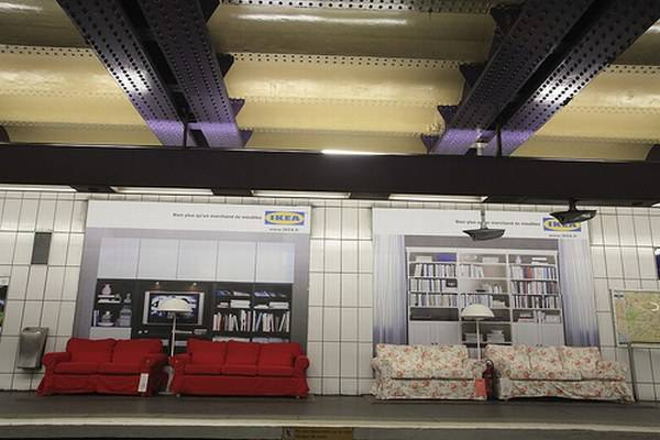 paris metrosundaki ikea koltuklar. Black Bedroom Furniture Sets. Home Design Ideas